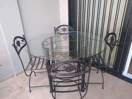 Mesa de hierro con 4 sillas