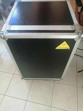 Mueble para equipo de sonido. Con bordes de aluminio y cerraduras metálicas inoxidables.
