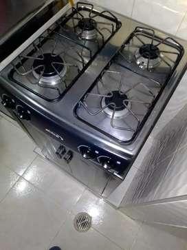 Cocina de cuatro puestos más gabinete