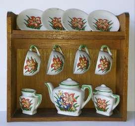 Juego de té miniatura de porcelana. Origen Japón. Antigüedad 60 años.