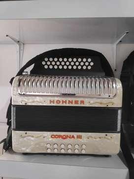 Acordeón Hohner Corona lll Tono Do#Fa#Si