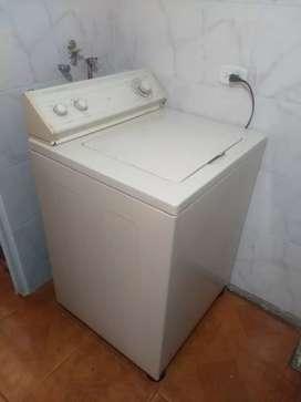 Se vende lavadora Whirlpool Americana 22 Lbs para repuestos está completa.