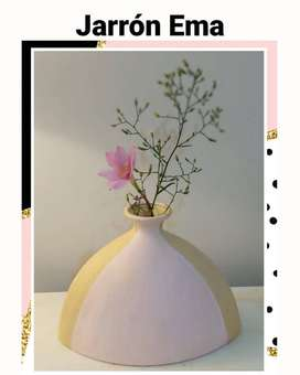 ○Jarrón Ema○ Pintado a mano y barnizado. Color rosa pastel y dorado opaco. Altura 20cm.