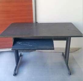 Mesa metálica para computadora. (usada)