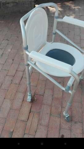 Silla de ruedas y silla de baño