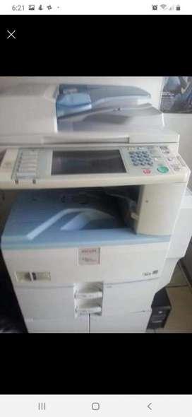 Fotocopiadora e impresora a color y blanco y negro Ricoh MP C2050