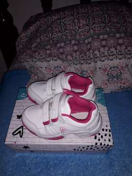 Vendo sapatillita nena con la cajita bien cuidado talle 25