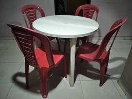 Se vende una mesa con 4 sillas plásticas