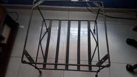 vendo mesa de hierro forjado con la base en cobre en buen estado
