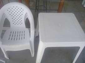 Mesa y 4 sillas plasticas