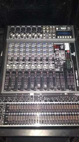 Un equipo de DJ conncajas y amolificac