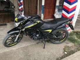 Una moto tumdra color negra con amarilla