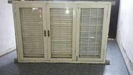 Vendo ventana con rejas y vidrio de 160×110 en muy buen estado