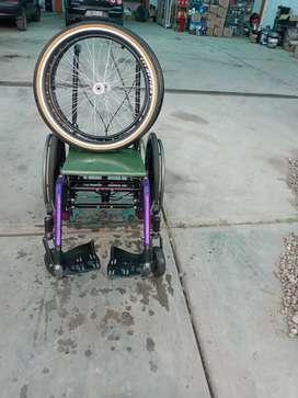 Vendo silla de ruedas estado bueno viene con llande repuesto paseo y para casa reclinable