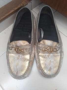 Zapatos 38 Cerrados Blancos con Dorado
