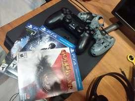 Vendo play 4 usada con 3 juegos en caja