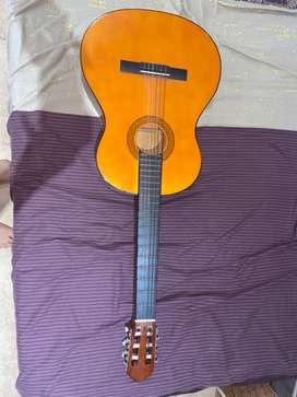 Vendo guitarra acústica con paquete de cuerdas