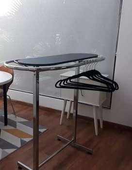 Mueble exhibidor en forma de óvalo