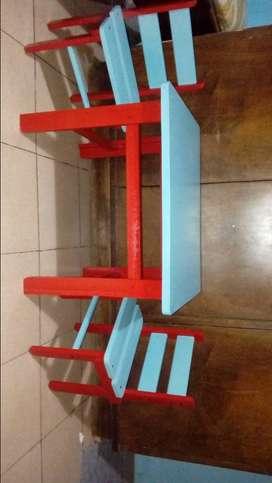 Juego de mesa y sillas para niños .
