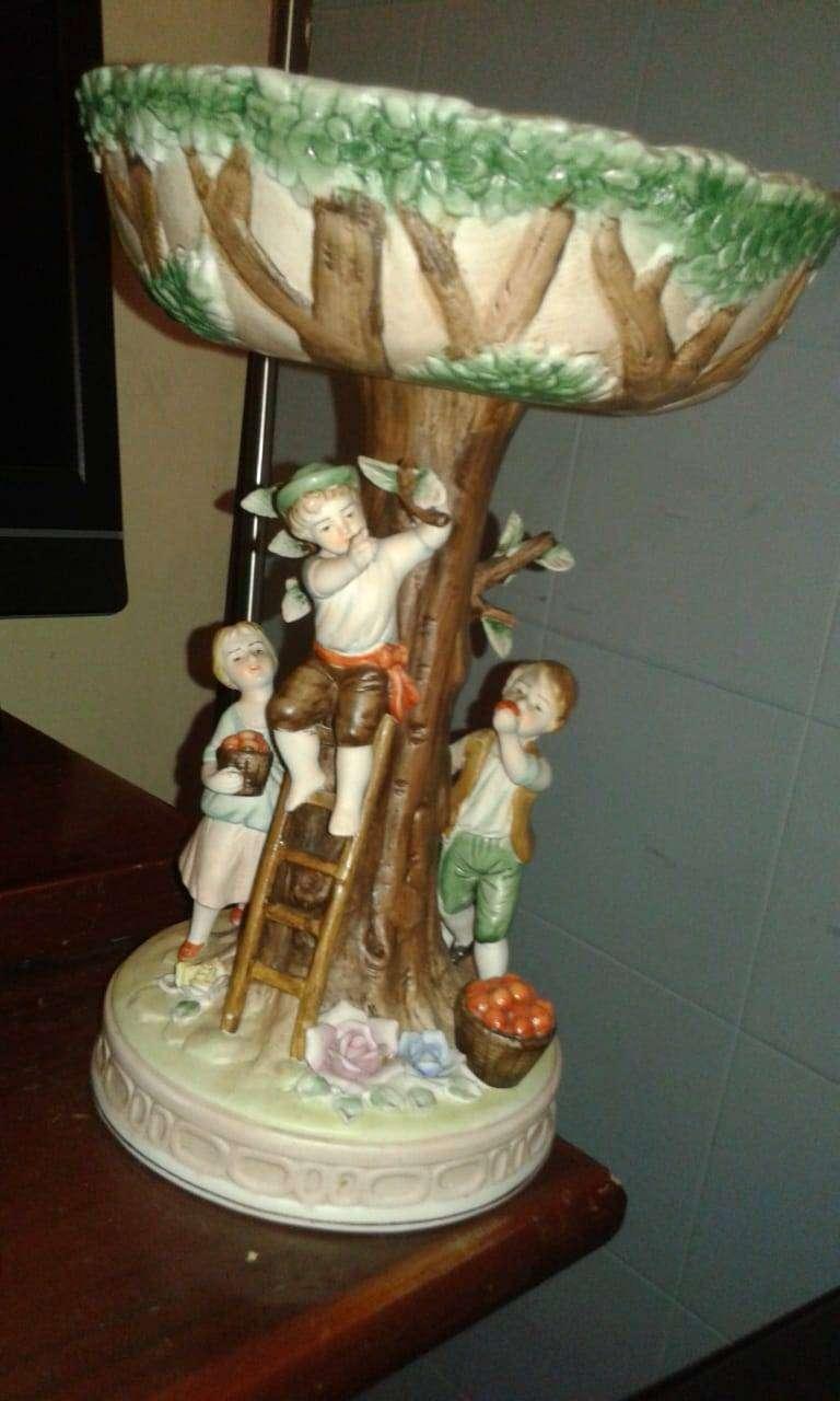 Frutero antiguo en porcelana Niños bajando frutas del árbol clasico retro vintage