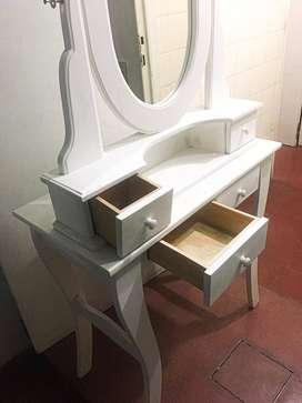 Mesa de luz con espejo