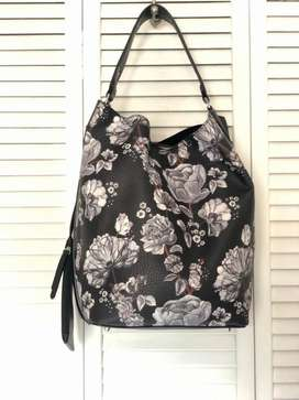 Cartera Hobo Negra Floreada