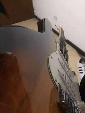 Vendo guitarra eléctrica marca boss con un  es de uso o menos esta 10/10