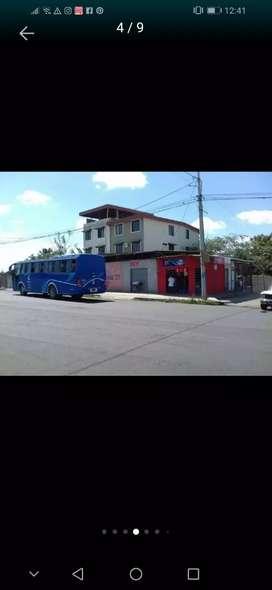 Alquilo local en 150  bien ubicado entre fragata y costa azul pasan 2 lineas de buses la 1 y la 9 es bien  transitado