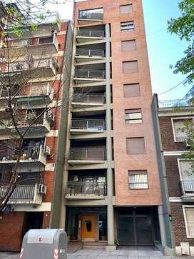 OPORTUNIDAD. Palermo Chico. 2 Amb. de 58 m2 c/ baño y toilette. Balcón. Cochera.