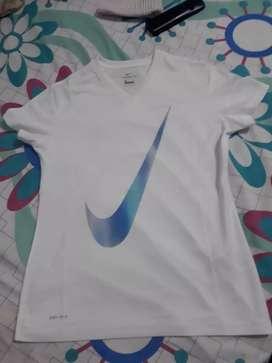 Vendo 3 camisas deportivas de dama nuevas originales marca nike