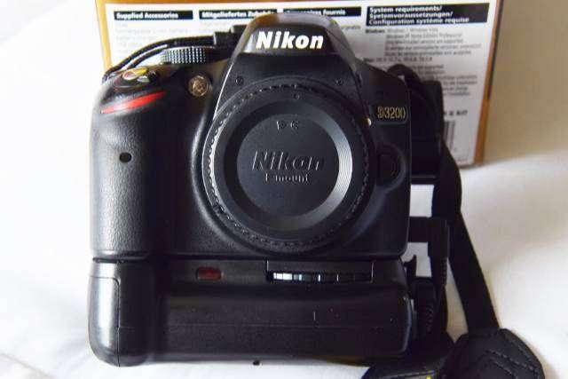 Nikon D3200 con Battery Grip , 2 baterias y 2 lentes... 0