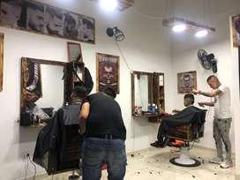 Busco barbero y manicurista