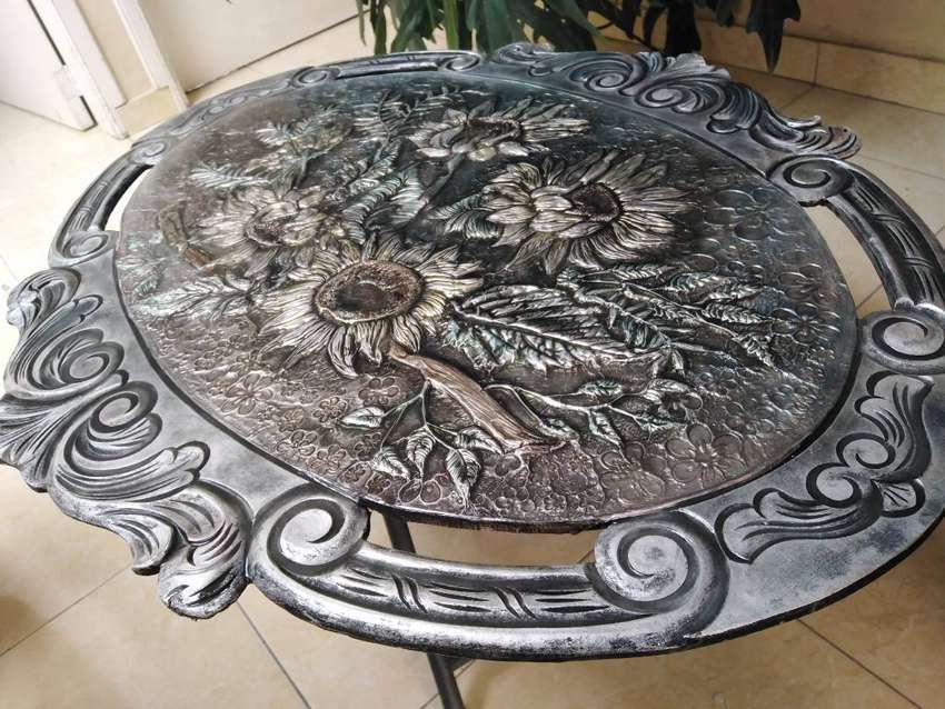 Mesa en Metál, repujado en lámina
