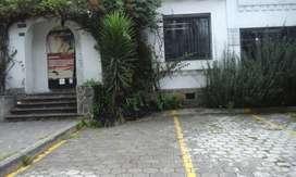 Venta de casa rentera en la av Colón sector la Mariscal.