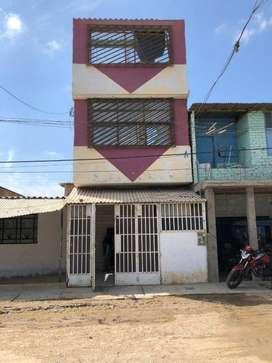 Casa de dos pisos ubicada en una zona comercial en Piura