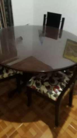 Comedor con sus respectivas sillas.