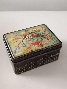 Caja de hojalata antigua