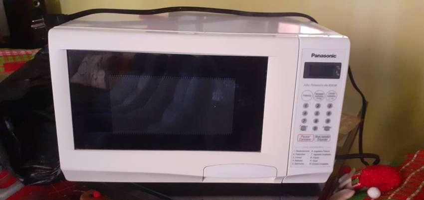 Microondas Panasonic con utensilios de cocina 0