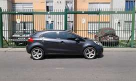 KIA RIO HATCHBACK DE COLOR GRIS GRAFITO