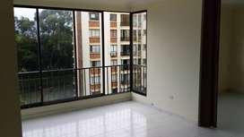 Alquilo apartamento excelente estado,2 habitaciones mas estudio,2 baños,zona oficios,ascensor,parqueadero.
