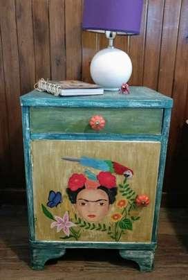 Mesa de luz intervenida Frida Khalo