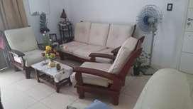 Juego de living algarrobo  modelo cebolla de 3 cuerpos y 2 sillones individuales,,muy poco uso y en buen estado de cons.