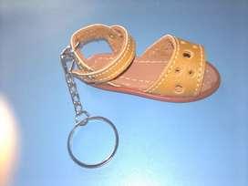 Llaveros artesanales en sandalias