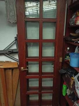 Puerta doble de madera con vidrios vicelados