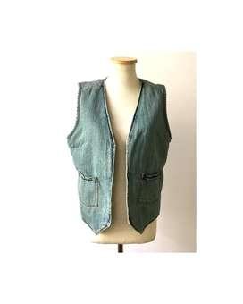 Chaleco de jean con interior de corderito Urban Outfiters M