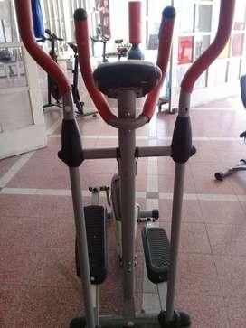 Maquinas de gimnasio, con todos sus accesorios