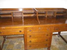 Importante escritorio doble con alzada y cajoneras