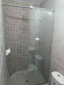 Divisiones de baño en vidrio templado y acero inoxidable