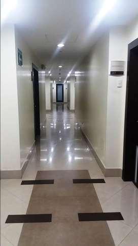 Oficina de renta en Samborondón Business Center 48 m2 con un baño y 1 parqueo, semi amoblada