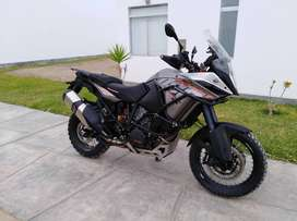 Moto KTM 1190 ADV, equipada.